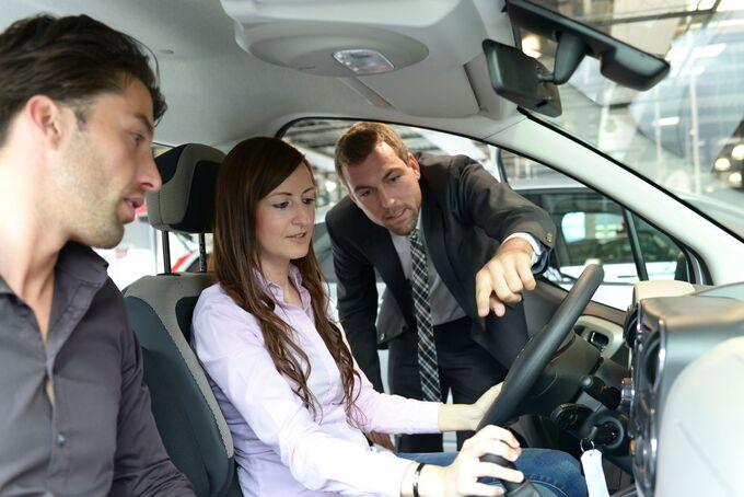 Autohaus, Autokauf, Fahrzeugübergabe, Fahrzeugeinweisung,