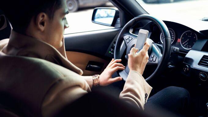 Smartphone Handy Telefon Auto Ablenkung Fahrer