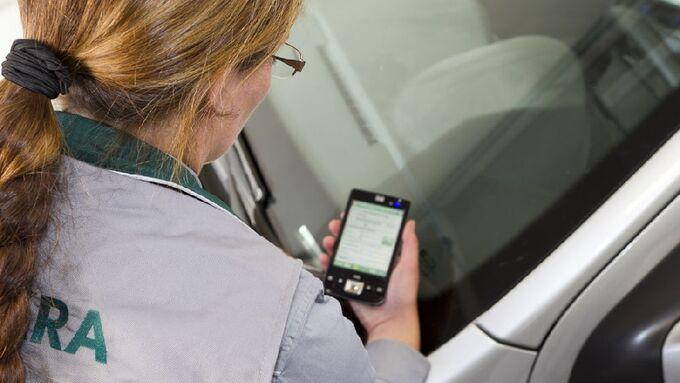 Dekra-Gutachterin erfasst Fahrzeugdaten