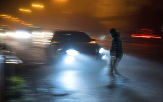 Fußgänger bei Nacht