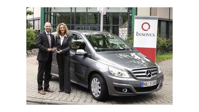 Jochen Dimter übergibt den ersten von 20 NGT-Fahrzeugen der B-Klasse an Martina Schmidt, Fuhrparkleiterin bei Innovex.