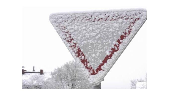 Verschneite Verkehrsschilder müssen beachtet werden